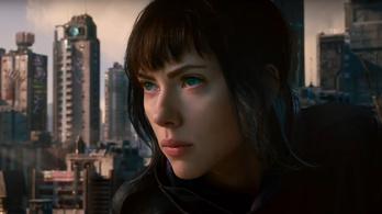 A láthatatlan Scarlett Johansson egy ütéssel Föld körüli pályára állít