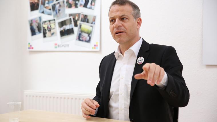 Rohadt paradicsomot is lehetne dobálni Orbánra