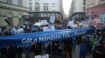 Több százan tüntettek a római-parti mobilgát ellen