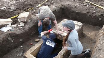 Érintetlen római kori szarkofágot találtak Környén
