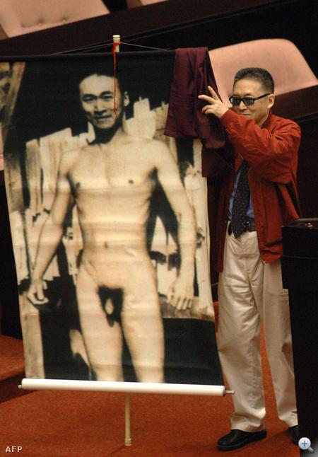 Lee Ao független tajvani képviselő katonaként készült fiatalkori meztelen képét mutatja a hadseregről szóló törvény ellen tiltakozva 2006. novemberében a tajpeji parlamentben.