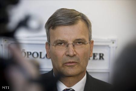 Demszky nyilatkozik a sajtónak a kihallgatás után (Fotó: Szigetváry Zsolt)