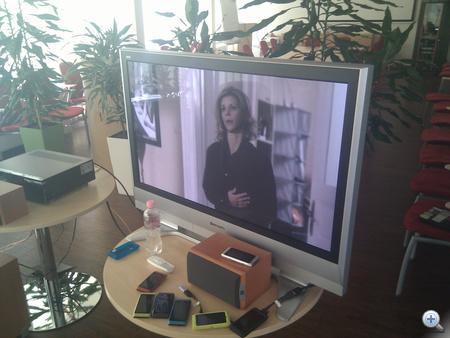 Egy rakás N8, az egyikről filmet néznek a Nokia munkatársai. Munkaidőben.
