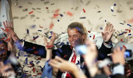 A szélsőjobb vezetője Geert Wilders (PVV), ünnepli pártja választási eredményét