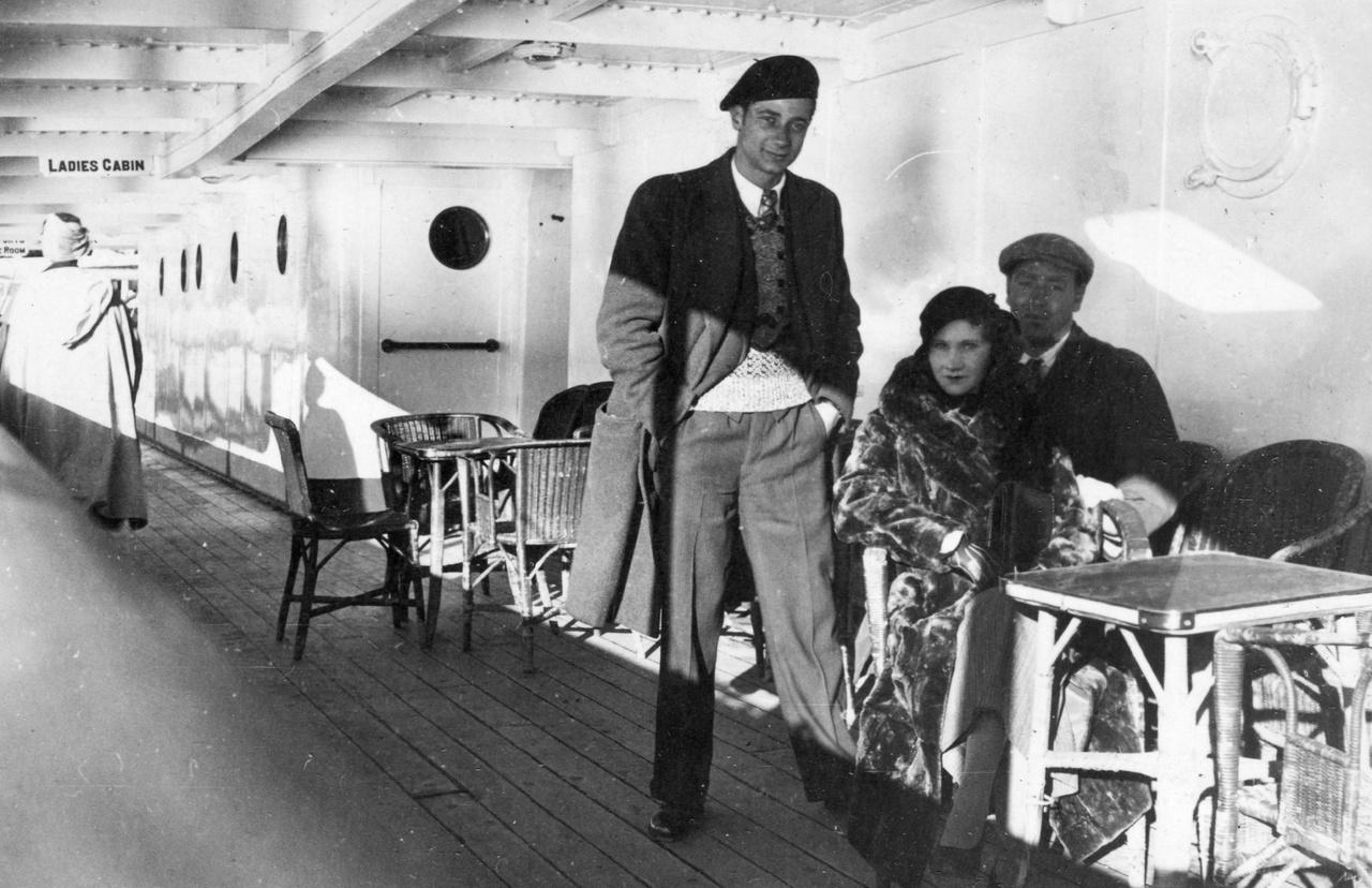 A Tanger és Gibraltár közötti hajóút utasai a fedélzeten 1933-banA fotelben ülő férfi valószínűleg az album tulajdonosa. Nem tudjuk, mivel múlatták az időt utazás közben, de például Gorcsev Iván hasonló körülmények között Nobel-díjat nyert (egy makaó nevű kártyajátékon).