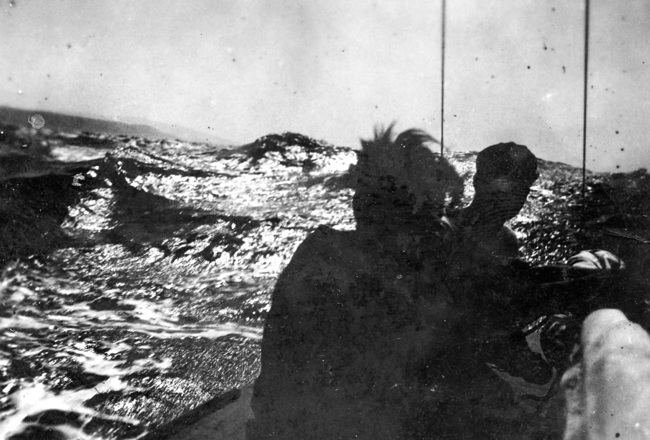 Hajózás az AlbatrosszalEz a vitorlás nem a névtelen fotósé volt, hanem egy Krist/Christ Berti nevű makói matrózé. Úgy tűnik, a fotós kizárólag kalandos életű fiatalemberekkel pajtáskodott. Nem tudjuk, Bertinek sikerült-e Makótól  Jeruzsálemig jutnia, de hogy bejárta a világot, az biztos. Az első világháború utolsó éveiben egy ausztrál internálótáborban időzött, 1933-ban Albatrosz nevű vitorlásával világkörüli útra indult. Christ, Uhrin és a névtelen fotós valószínűleg Las Palmas-ban találkozott, innen indultak hosszabb-rövidebb vitorláskalandokra.