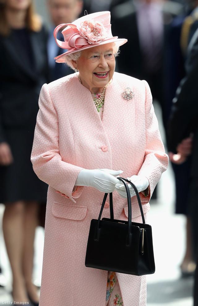 A hosszú fülű kistáska a menő a királynő szerint.
