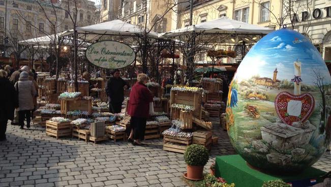 Színes tojásarzenállal nyílnak Bécs húsvéti vásárai