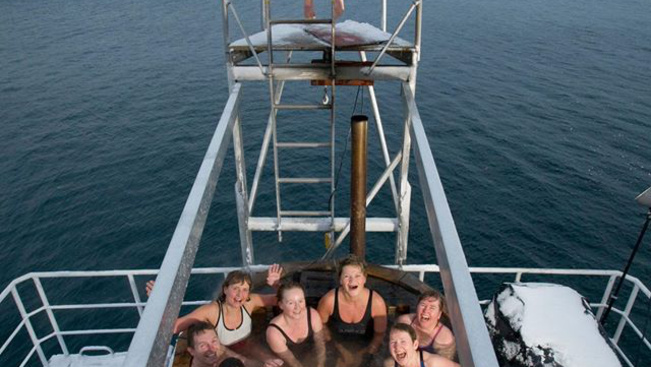 Wellness másképp: nézzen kádból hosszúszárnyú bálnákat!