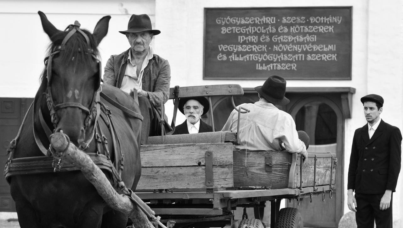 A lovaskocsin Székely B. Miklós.