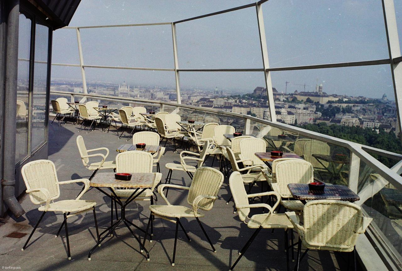 Végül egy elképesztően klassz dizájnterasz a Körszálló tetején, 1974-ből. Akár egy mai épületé is lehetne. De vajon mit csinálnak azok a toronydaruk a Várban?