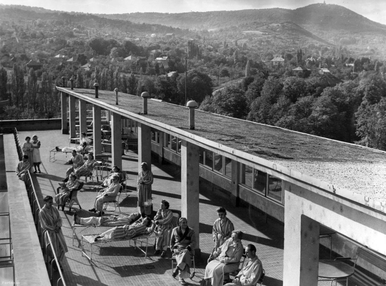A Kútvölgyi Kórház tetőterasza elképesztően menőn nézett ki 1963-ban. Valószínűleg sokat dob a képen, hogy nincsenek még sűrűn beépítve a hegyek a háttrében.