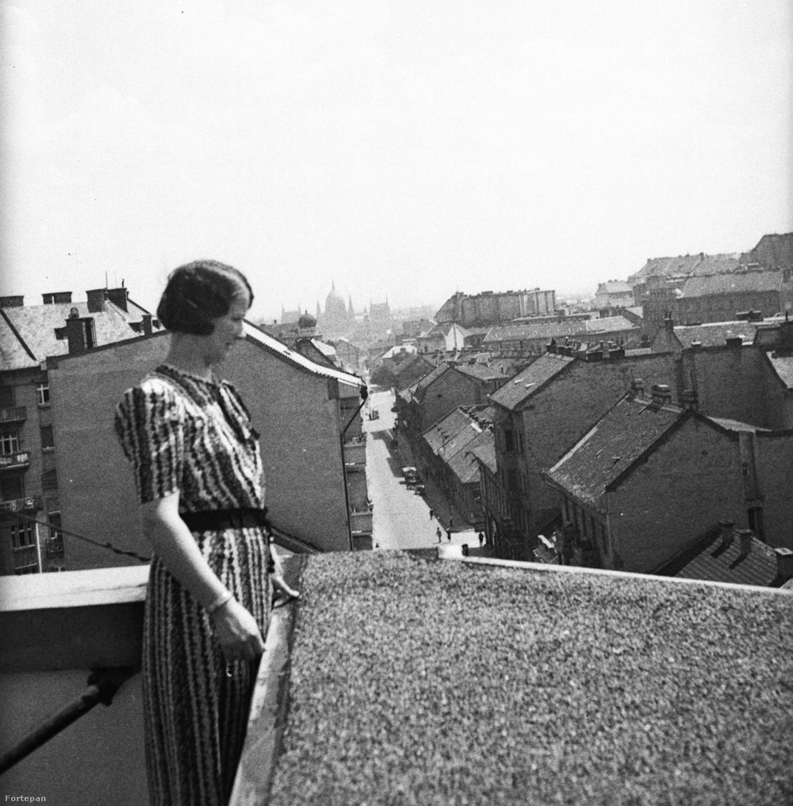 Az art deco idején több oyan ház is épült Budapesten, amelyeknek a homlokzatát szinte csak az erkélyek díszítik. Ilyen ez a Retek utcai ház is, amit a két tervező, Fenyves István és Fried Miksa megfejelt egy tetőterasszal is. Érdemes volt, gyönyörű a kilátás belőle, ahogy az ezen az 1938-as fotón is látszik.