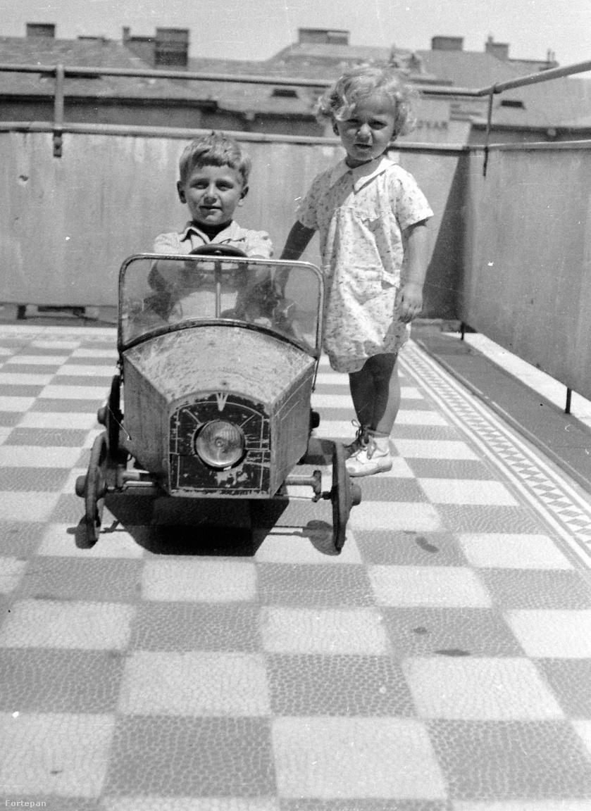 1936, Eszék utca, tetőterasz. Pedálos autó.