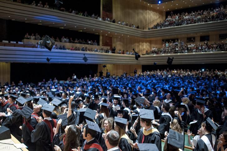 Végzõs hallgatók a Közép-európai Egyetem (Central European University CEU) diplomaosztó ünnepségén a Mûvészetek Palotája Bartók Béla termében 2013. június 13-án. MTI Fotó: Marjai János
