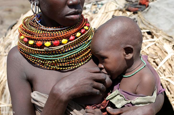 A gyermekét szoptatja egy anya a Turkana törzsből.