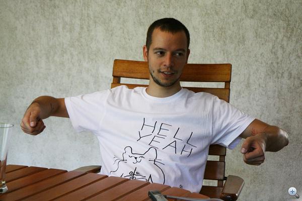 Kádár Viktor demonstrál: nem kell, hogy annyira magasan legyen a kormány.