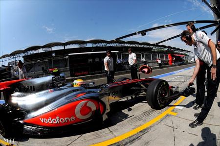Hamilton autóját ellenőrzik a szabadedzésén (Fotó: Földi Imre)