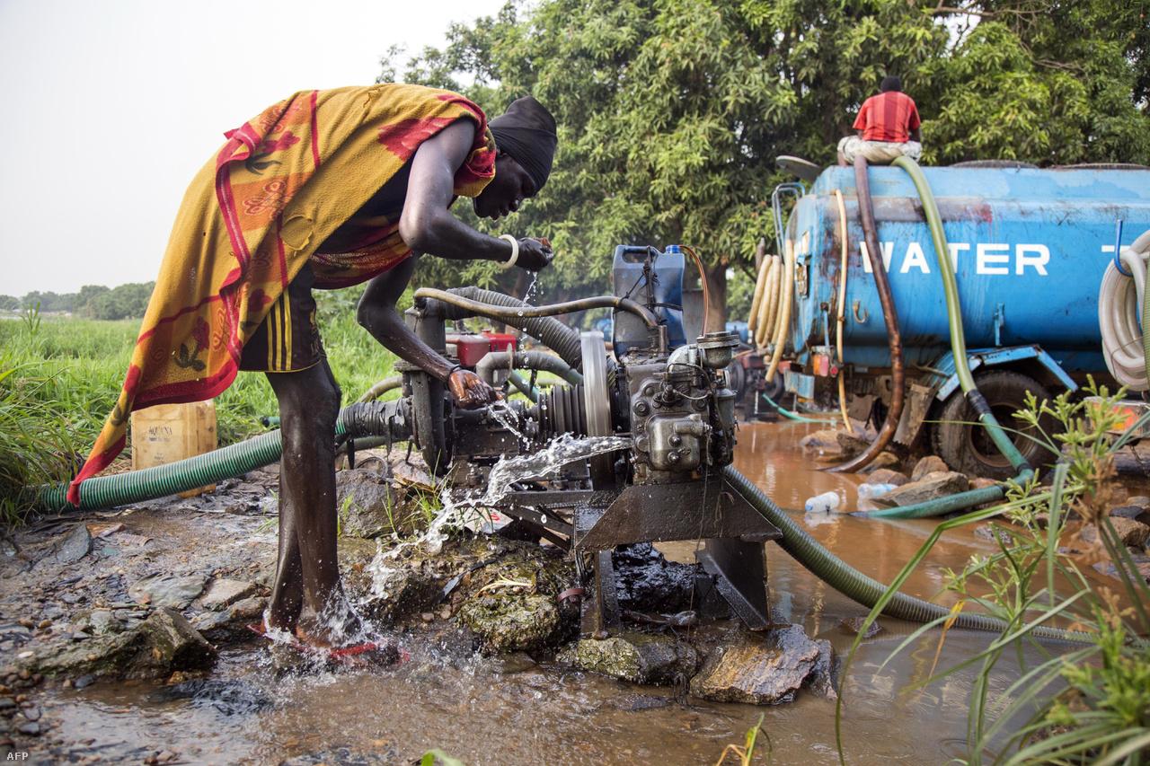 Nílusból szállított ivóvizet vesz egy Dél-szudáni férfi egy generátorból a falujuk mellett, Juba közelében.