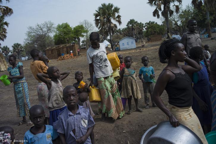 Vízosztásnál várakozó Szudáni menekültek Ugandában, ahová az elmúlt években másfél millió ember menekült a vízhiány és a polgárháborúk miatt. Idén már újabb százezren érkeztek az ENSZ becslése szerint, a menekültek száma pedig naponta 4-5 ezerrel nőtt márciusban.