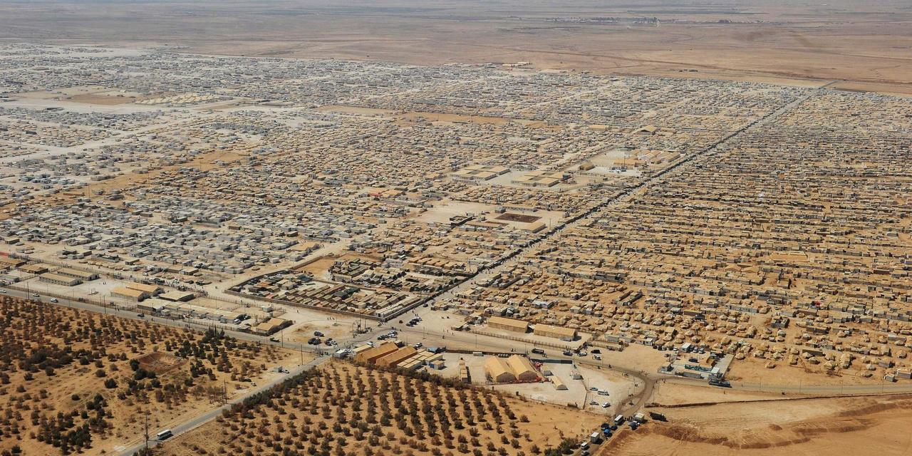 A környék legnagyobb menekülttábora a kenyai Dadaab. A kilencvenes években alapított tábort 90 ezer főre tervezték, ma ennek többszöröse él a sátorvárosban az ENSZ becslése szerint.