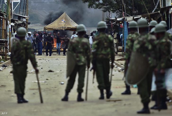 Ellenzéki tüntetők csapnak össze a helyi rendfenntartókkal Nairobiban 2016. májusában.