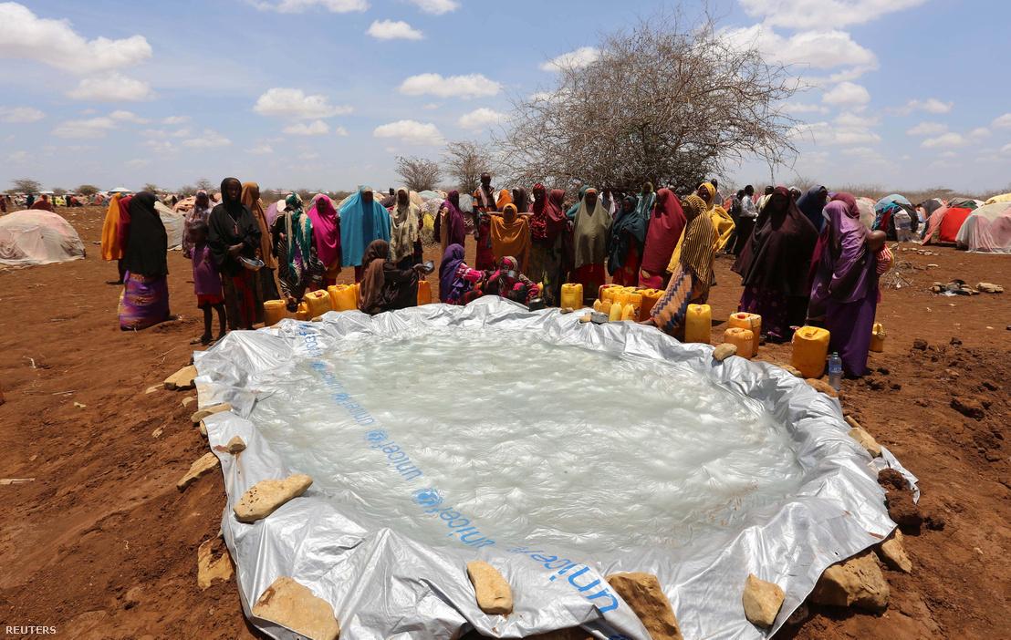 Esővízgyűjtő medence egy szomáliai menekülttáborban, Mogadishu mellett, ahová a száraz időjárás elől menekülő helyiek vertek tábort.