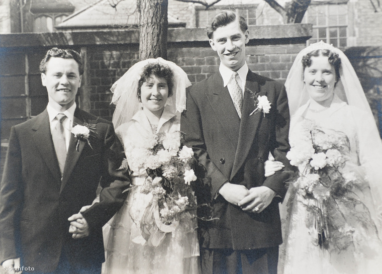 A férjek magasságkülönbségéből is jól látszik, hogy a menyasszonyok testvérek, Connie és Mary Stephensonról van szó, ők is angolok.