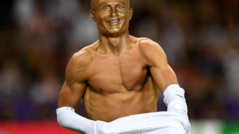 Rommá fotosoppolták Ronaldo bizarr szobrát az internetes mókamesterek