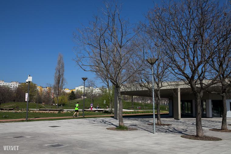 A dimbes-dombos Bikás park a felújítás óta igazán jó színben pompázik