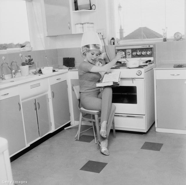 A 40-es években egyszerre lehetett hajat szárítani, olvasgatni és főzni.Legalábbis a kép azt sugallja, hogy sok időt töltettek a nők a konyhában.