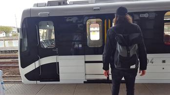 Pittyeg, fújtat, szuszog, dübörög, aztán csak elindul az új metró