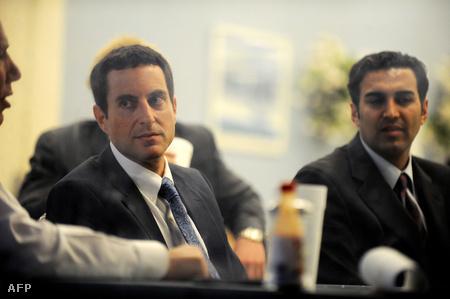 Howard K. Stern (balra) és dr. Sandeep Kapoor (jobbra) a bírósági tárgyalás ebédszünetében