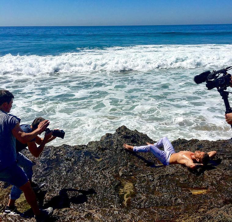 A 42 évesen is kirobbanó formában lévő színész a munkához literszám magára öntötte a babaolajat és Insta-modelleket megszégyenítő profizmussal pózolt a tengerparton.