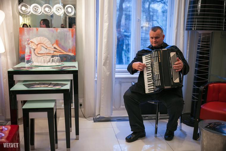 Albert László 2006-ban Franciaországba utazott és elhatározta, hogy festő lesz