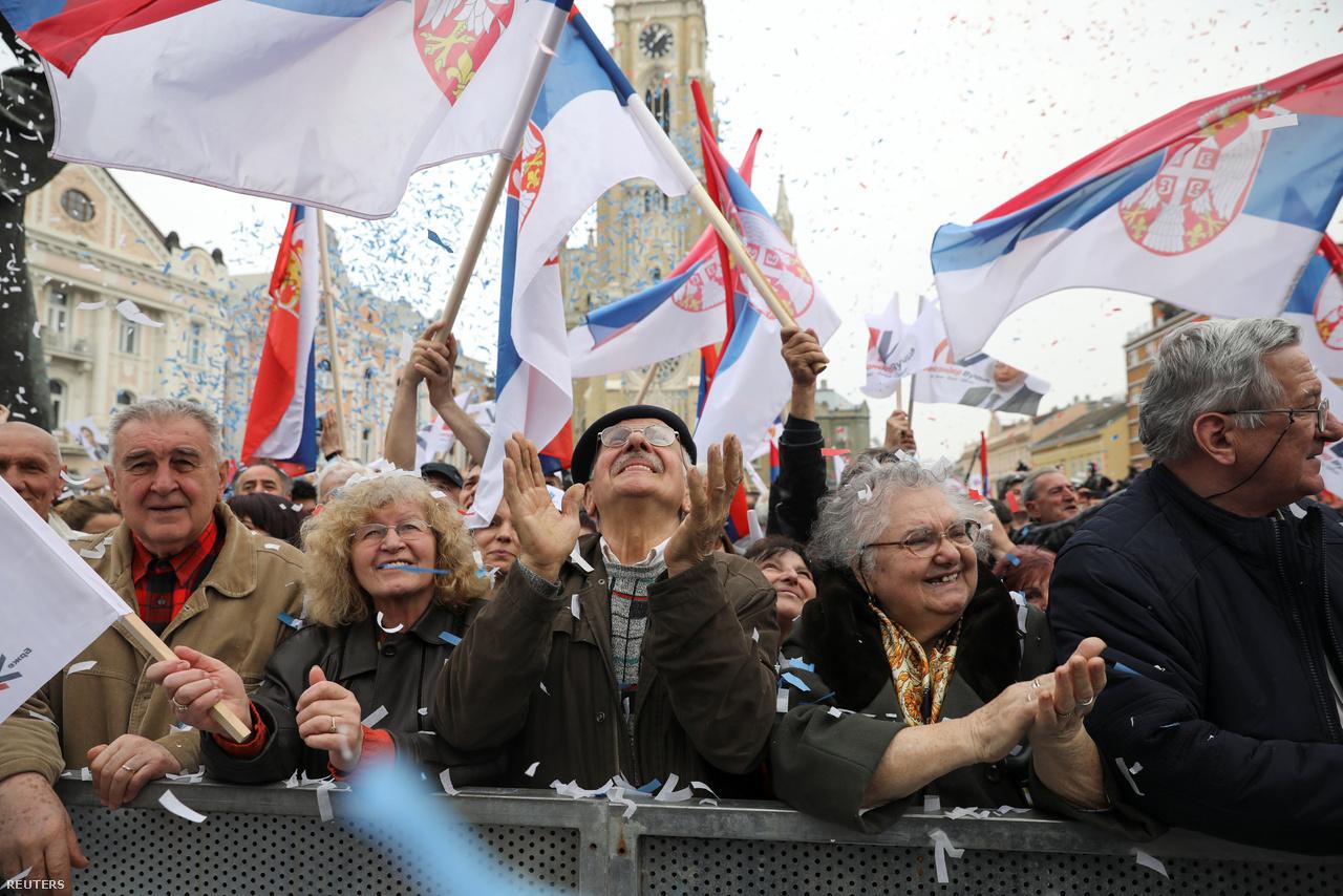 Haladó párti szimpatizánsok Vucic kampányrendezvényén Belgrádban