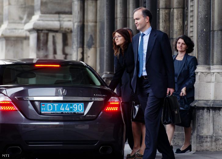 Thanos Arvanitis a Nemzetközi Valutaalap delegációjának vezetője Iryna Ivaschenko az IMF budapesti képviseletének vezetője (balra) és Barbara Kauffmann az Európai Bizottság (EB) delegációjának vezetője (jobbra) elhagyja a Parlament épületét miután tárgyalt Orbán Viktor miniszterelnökkel 2012. július 24-én.