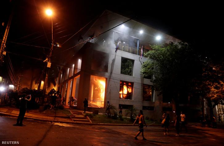 Tüntetők felgyújtották a kongresszus épületét. Asunción, Paraguay, 2017. március 31.