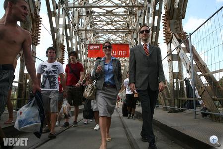 Már a hídon is megnéztek bennünket