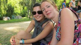 Maayka (jobbra) és barátnője