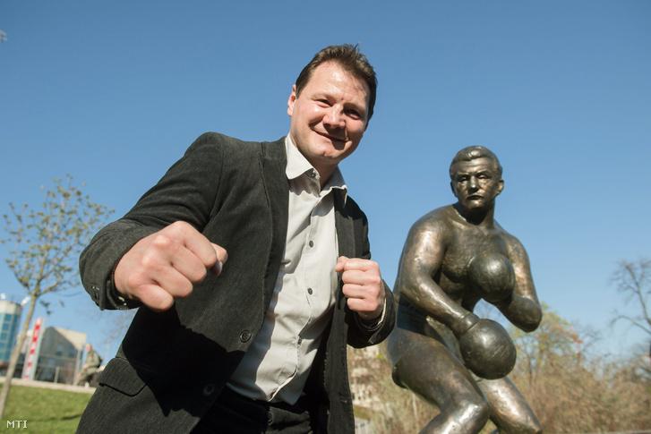 Erdei Zsolt világ- és Európa-bajnok ökölvívó Papp László háromszoros olimpiai bajnok ökölvívó szobrának avatásán Budapesten a Gesztenyés kertben 2017. március 28-án.