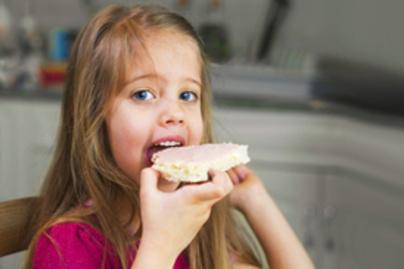 szendvicset eszik