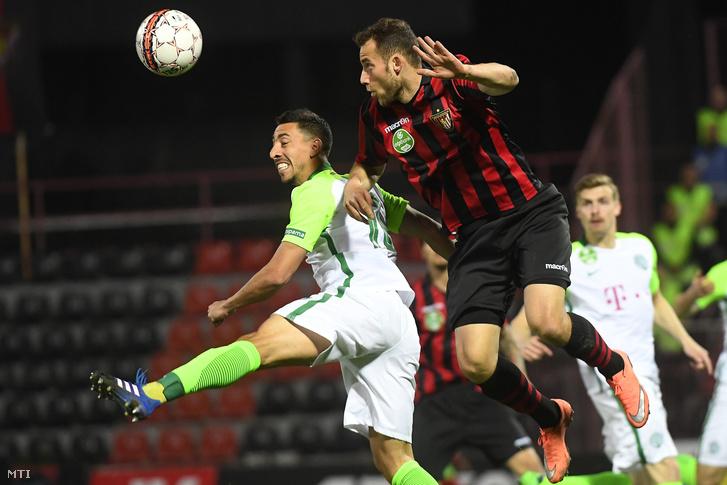Leandro de Almeida a Ferencváros játékosa (b) és a kispesti Eppel Márton a labdarúgó OTP Bank Liga 24. fordulójában, mögöttük pedig üres sorok a lelátón.