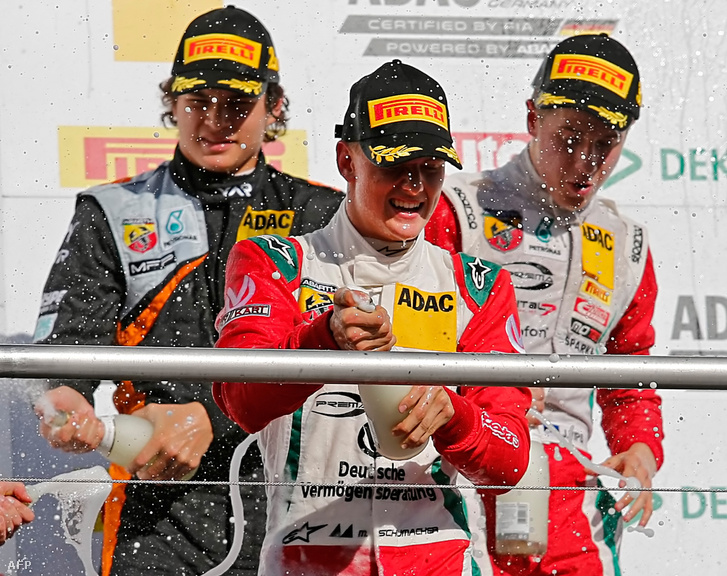 Mick Schumacher ünnepel egy Formula 4-es győzelem után.