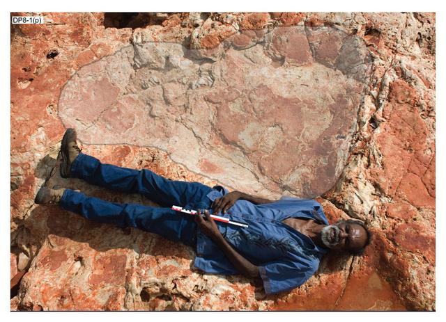 A kutatókat segítő helyi Richard Hunter, kezében egy negyven centiméteres mérőrúddal