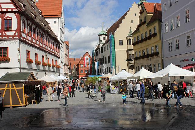 Nördlingenben gyémánton taposhatunk az óváros terein
