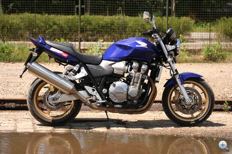 A gép, amely több ponton ellentmond annak, amiről azt hittem, hogy a motorokban szeretem. Csendes, vízhűtéses, csúnya, feleslegesen nagy, ráadásul új. Ettől tértem meg
