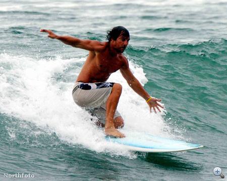 Kezdjük például egy celebbel: itt éppen Matthew McConaughey szeli a hullámokat