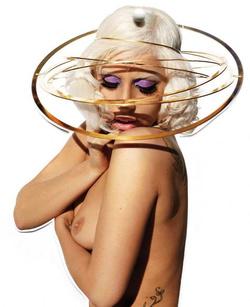 Lady Gaga manapság is szívesen vetkőzik (Fotó: V magazine)