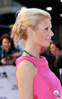 """Gwyneth Paltrow májusban slendriánul feltűzött hajjal tette tiszteletét a londoni National Movie Awards-on. """"Gwyneth frizurája nem bonyolult, de nagyon divatos lesz ősszel. Van benne valami nyegle luxus, ami tökéletesen passzol a stílusához"""" – mondta a színésznő stylistja, Enzo Angeleri."""